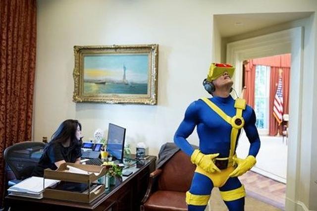 画像1: VRを楽しむオバマ大統領の写真が公開され、ネット民がフォトショで大遊び