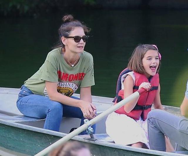 画像: 10歳になった、現在のスリちゃん。8月11日に母と一緒にセントラルパークでボートに乗って。