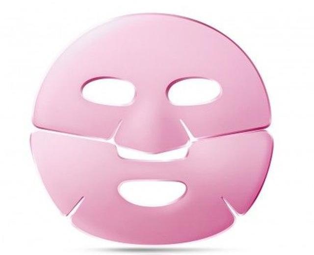 画像1: 凍らせたフェイスマスクをつける