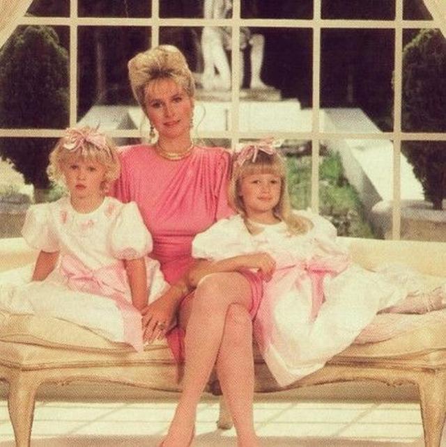 画像: 母&妹とポーズを取るパリス(右)。