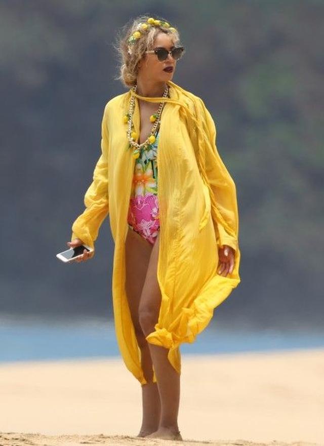 画像: ビーチに出かけた時も、レモンモチーフのアクセを着けて。