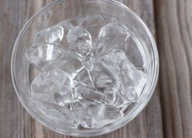 画像1: 洗面器にためた氷水に顔をつける