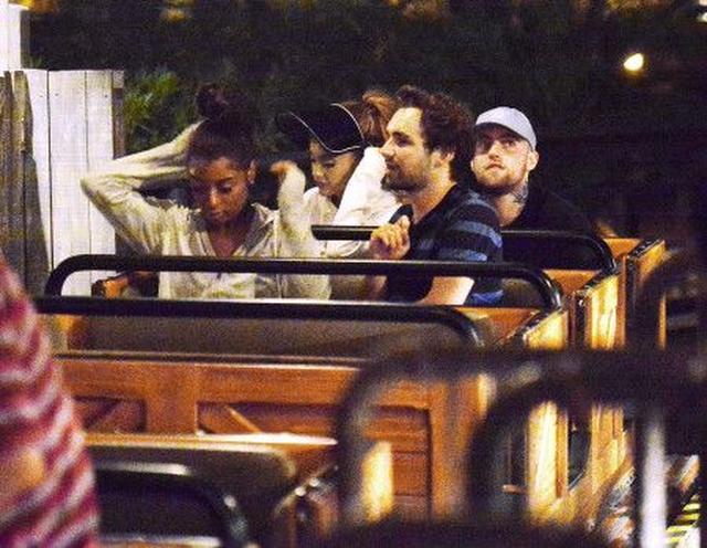 画像: ビックサンダー・マウンテンの最後列車両に並んで座るアリアナとマック。