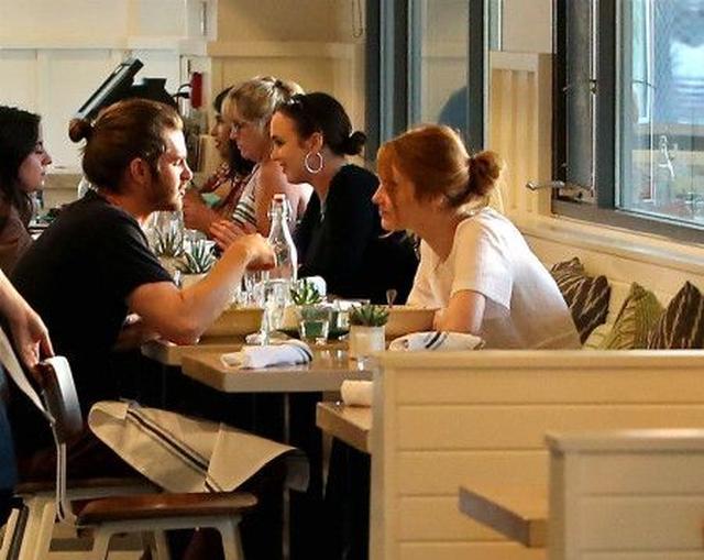 画像: 昨年の8月、LAでディナーを楽しんでいた2人。