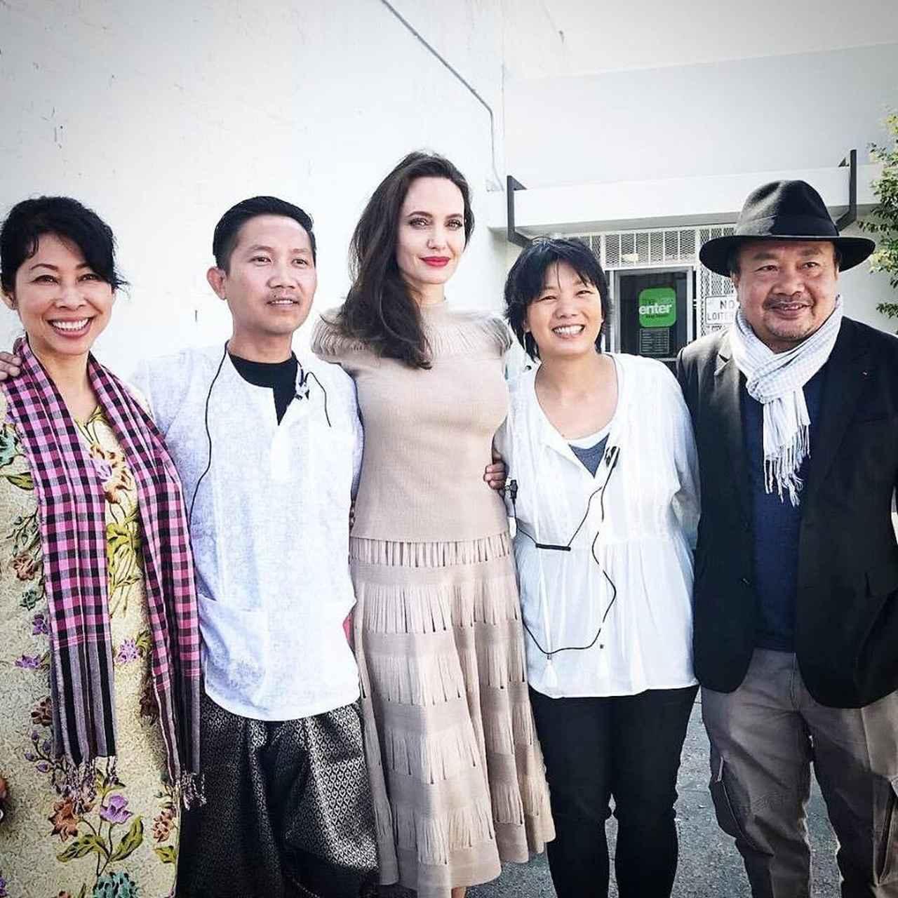 画像: 左から作家のルオン・ウン、プラーチ、アンジェリーナ。その他の2人は映画関係者。©Cambodia Town Film Festival/Facebook