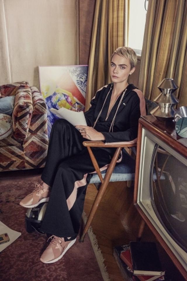 画像1: プーマの新作「ミューズ サテン」をカーラ・デルヴィーニュが履く