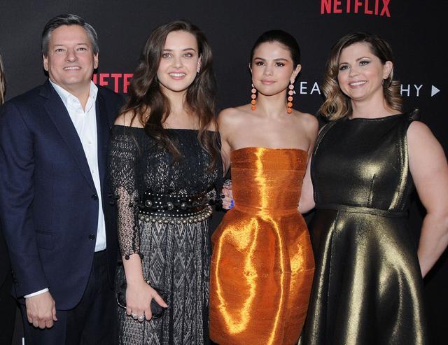 画像: 社会現象的ヒットを記録している米Netflixのオリジナルドラマ『13の理由』のプロデュースを共同で手掛けているセレーナ&マンディ。Netflixのコンテンツ責任者のテッド・サランドスと同作の主演女優のキャサリン・ラングフォードと。