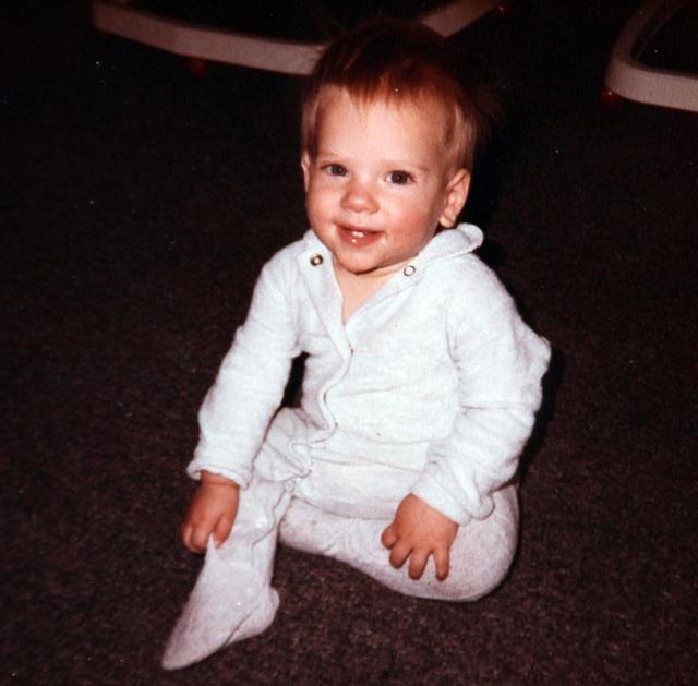 画像: よちよち歩きが出来るようになった生後11ヵ月のスカーレット。すでにキリっとした目元に面影が。