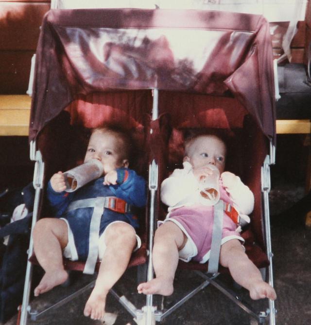 画像: 生後3ヵ月。左に写る双子の弟ハンターと一緒に。