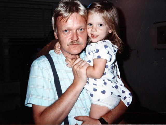 画像: 父親カースティンに抱っこされる3歳のスカーレット。