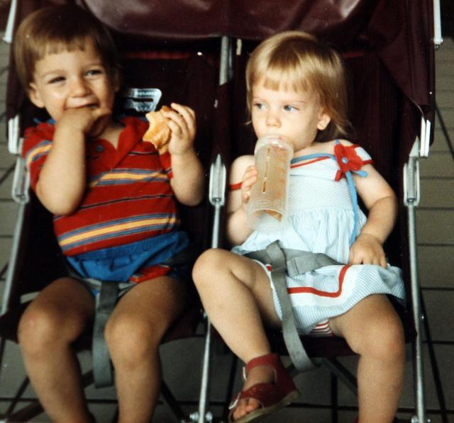 画像: 2歳になったスカーレットとハンター。生後3ヵ月の時と同じベビーカーに乗ってパシャリ。