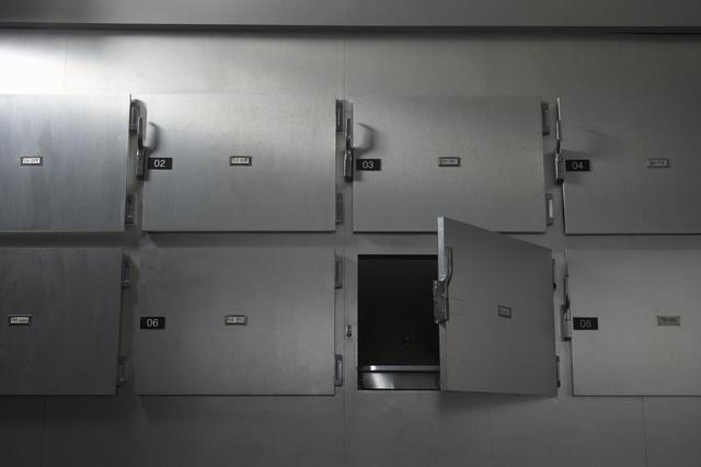 画像: 3人の医者に「死亡」と確認された受刑者が死体安置所で生き返る