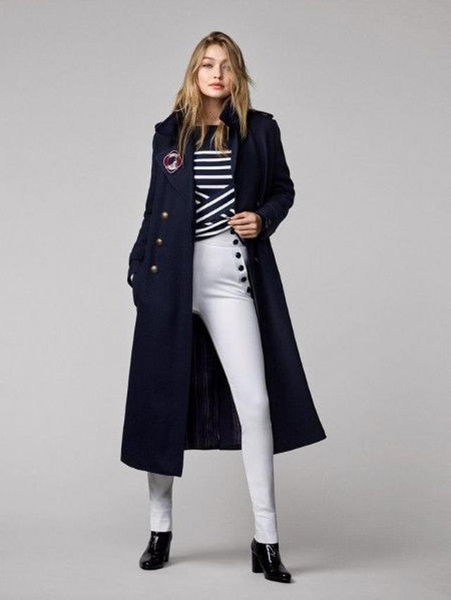画像: ボーダートップスにボタンがアクセントの白パンツを合わせ、ロングコートでクールにまとめて。