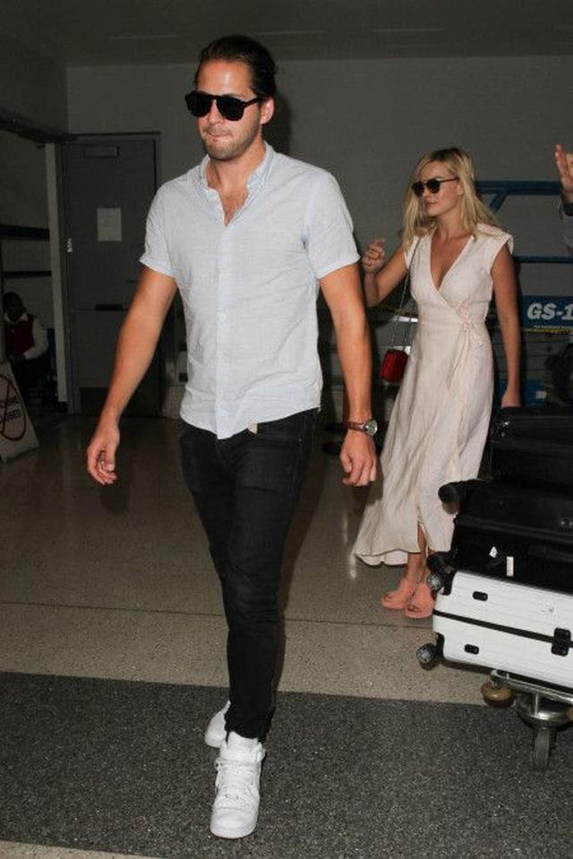 画像: 今回の来日には恋人のトム・アッカ―リーも同伴。LAを出発したときのマーゴットとトム。