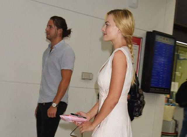 画像: 日本への到着時はファンを配慮してマーゴットから少し離れてあるくトム。気の利くステキな彼氏!