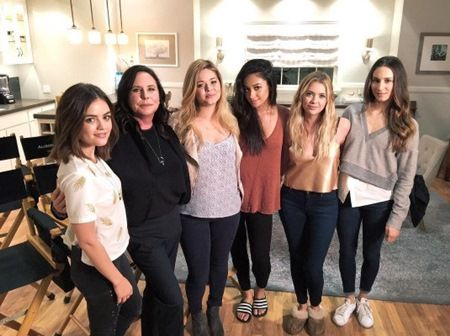 画像: シェイが投稿した写真には、ドラマのメインキャストとプロデューサーが写る。