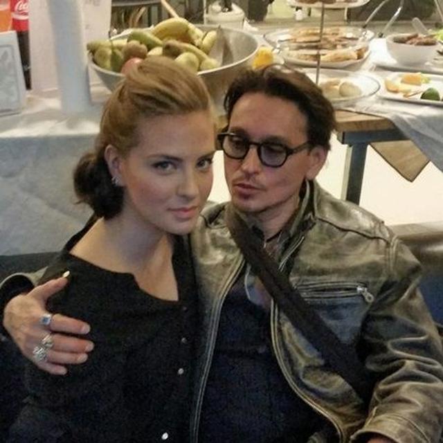 画像: ジョニーの元妻アンバー・ハードのそっくりさんと。