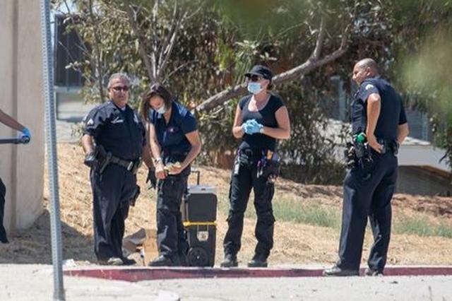 画像: クリス宅を捜査する警察。