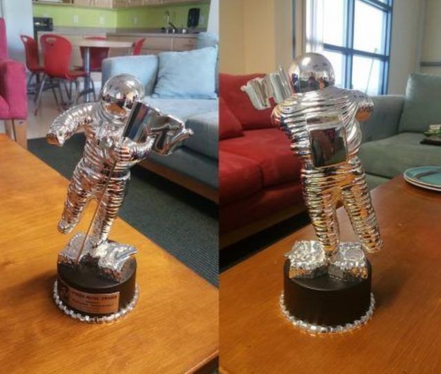 画像2: 元ホームレス男性がマイリーに贈られたVMA受賞トロフィーをネットオークションに出品