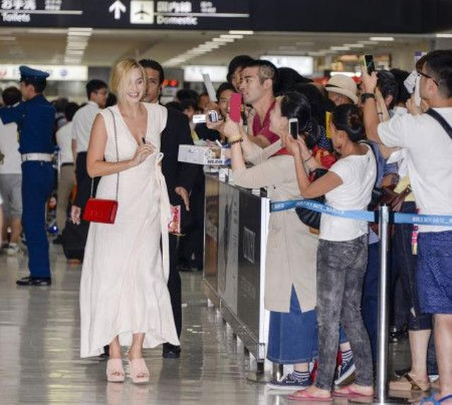 画像: たくさんのファンたちに出迎えられたマーゴット。写真撮影やサインにも気軽に応じた彼女は、日本のファンたちの温かさに感動。