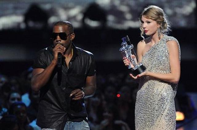 画像: 2009年のMTV VMAで、最優秀女性ビデオ賞を受賞したテイラーのスピーチをカニエが妨害。