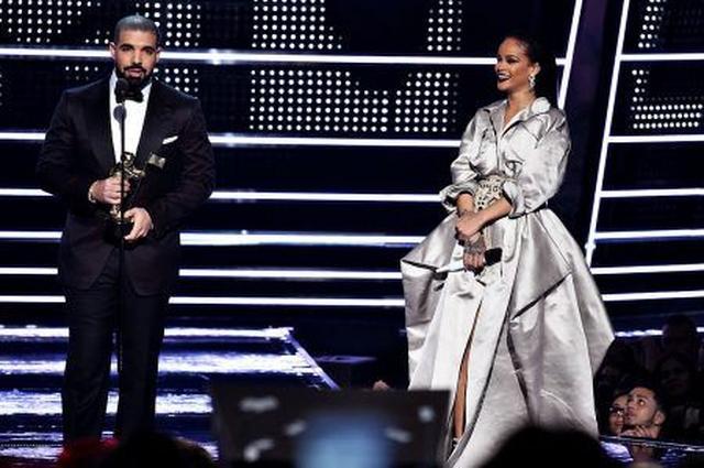 画像: MTV VMAでの「愛の告白」効果でロマンスが成就?リアーナとドレイクがいい感じ