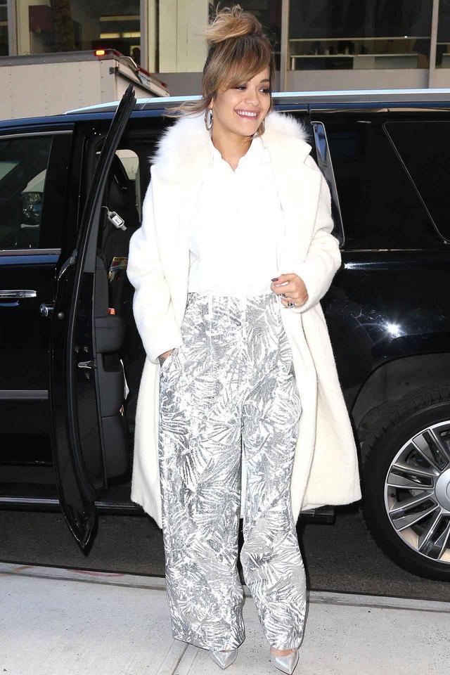 """画像: 歌姫リタ・オラは、""""白×シルバー""""のトレンドカラーを披露"""