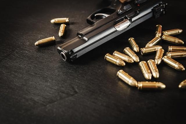 画像: 銃を持ち込む生徒が後を絶たない