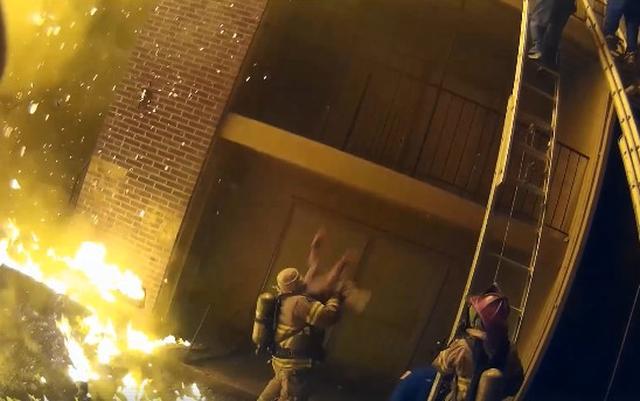 画像: 燃える建物の3階から落とされる子供をキャッチした消防士に拍手