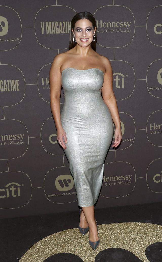 画像: タイトなラテックス素材のドレスで登場