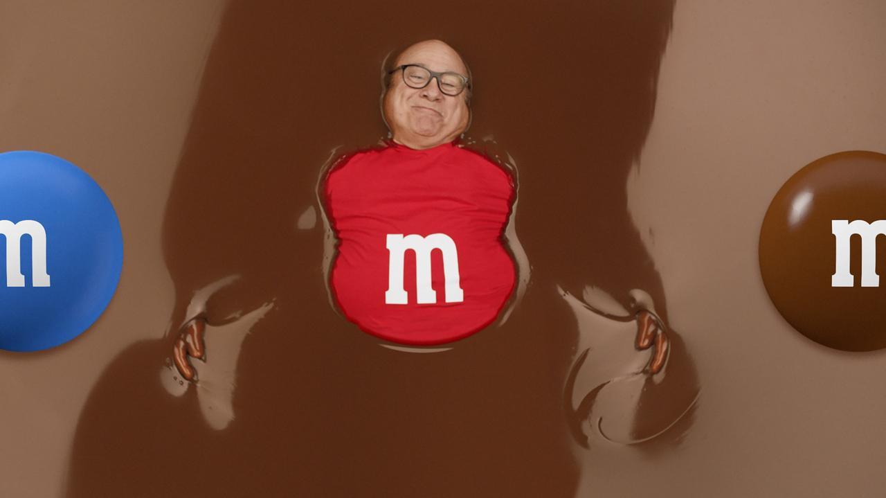 画像: 1億人が視聴するスーパーボウルで73歳大御所俳優がチョコまみれに