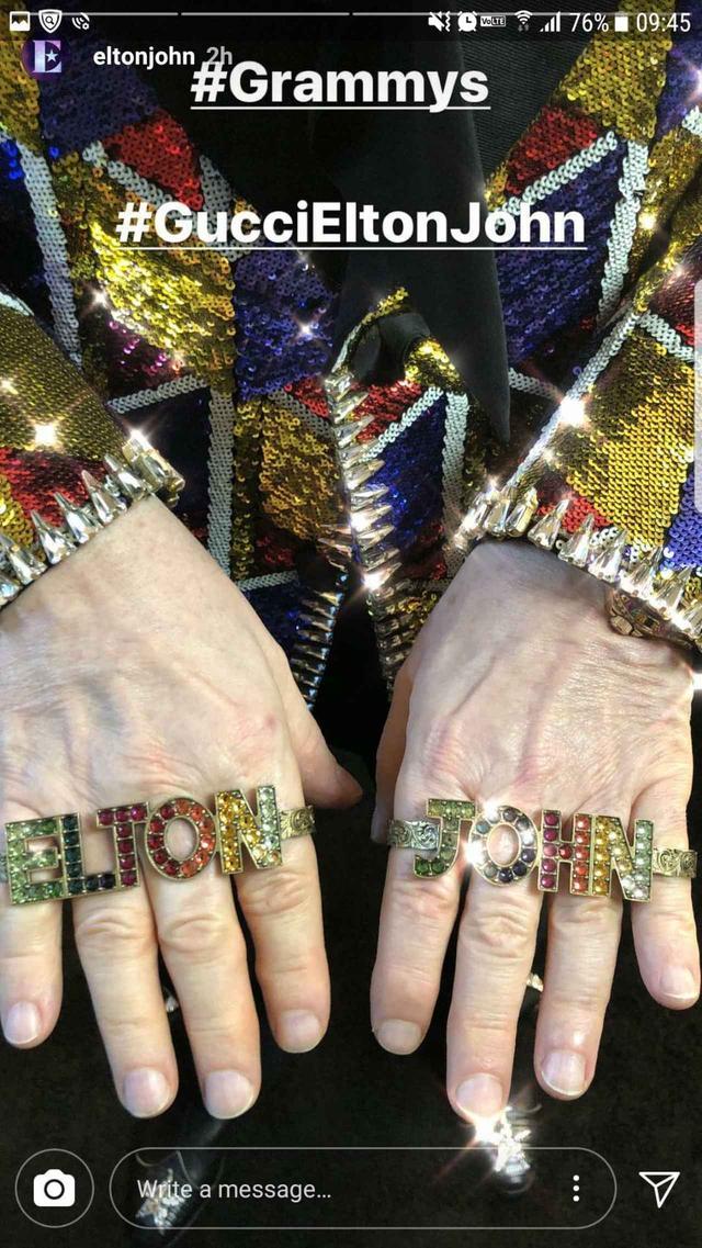 画像2: エルトン・ジョン、キラキラ輝く名前入りアイテムでグラミー賞へ