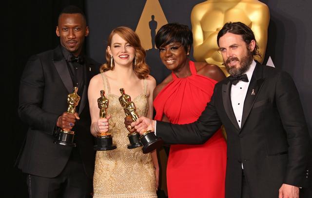 画像: 写真は第89回アカデミー賞の受賞者たち。左から映画『ムーンライト』のマハーシャラ・アリ、『ラ・ラ・ランド』のエマ・ストーン、『フェンス』のヴィオラ・デイヴィス、『マンチェスター・バイ・ザ・シー』のケイシー・アフレック。
