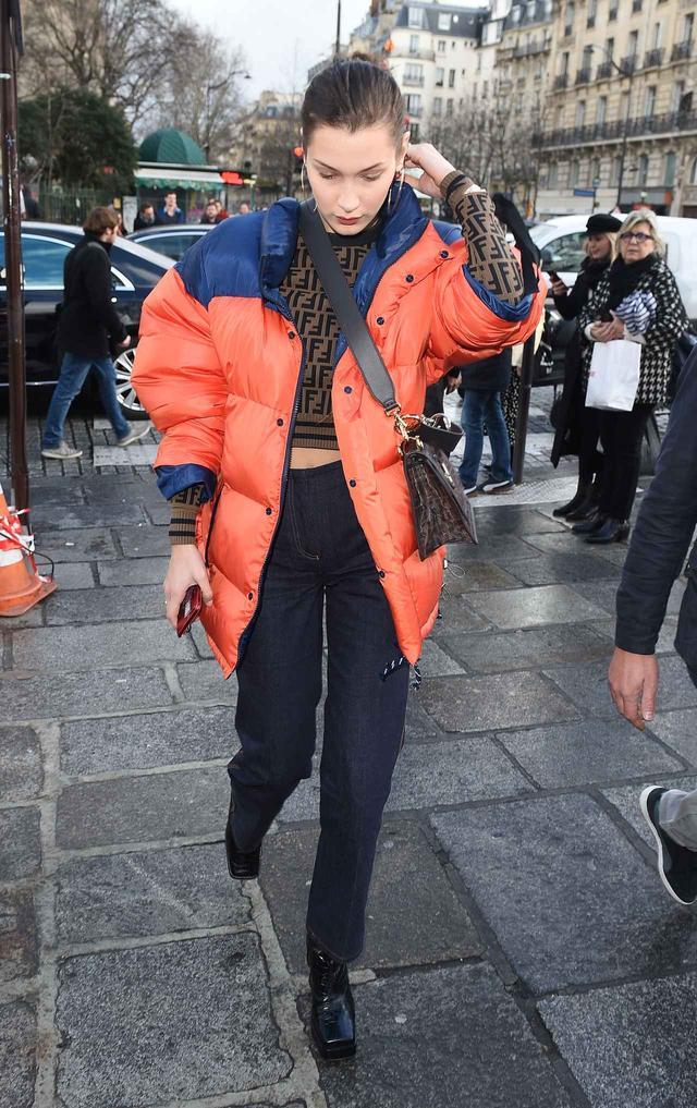 画像1: ベラ・ハディッドによる、ダウンジャケットをオシャレに着こなす方法