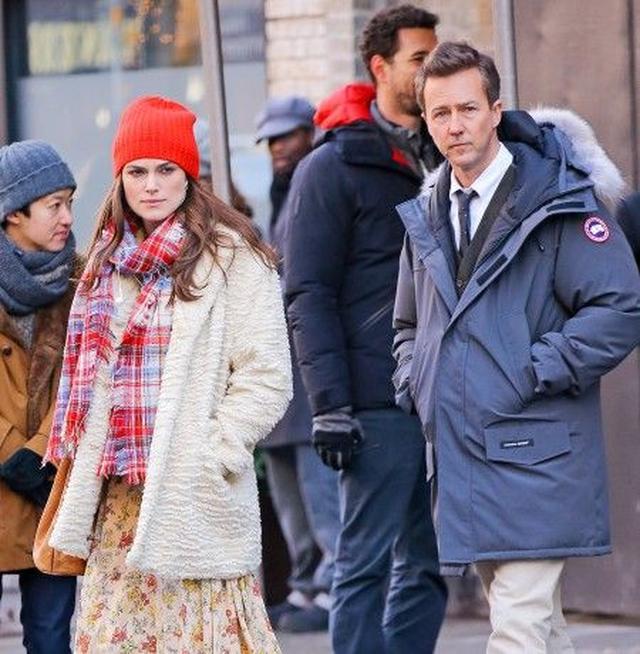 画像: キーラは今年12月全米公開予定の映画『コラテラル・ビューティ』に出演。右の男性は共演者の俳優エドワード・ノートン。