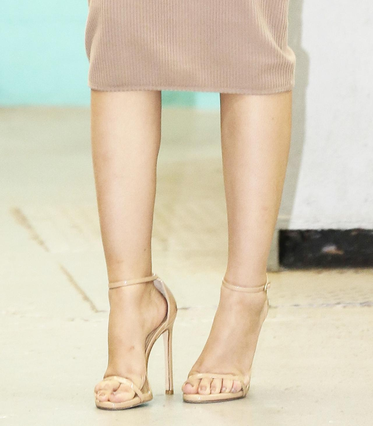 画像: 肌と繋がって見えるヌードカラーの靴には脚長効果が。
