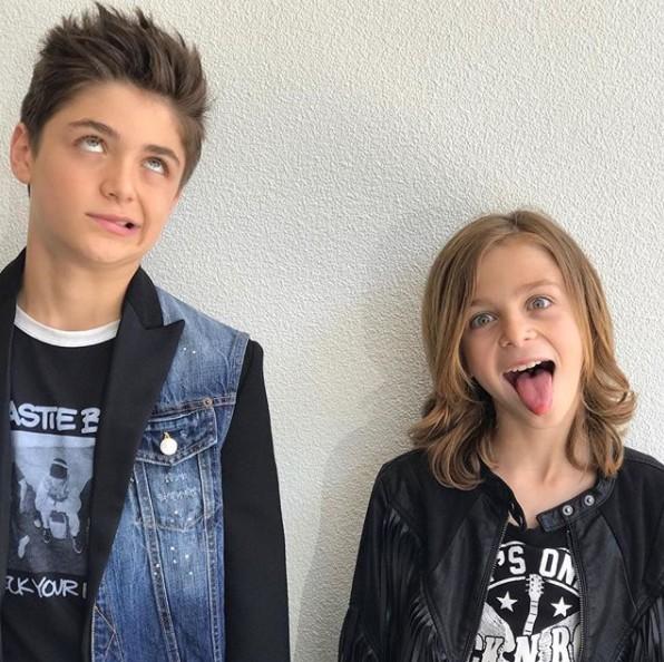 画像: 弟のアヴィ(右)も同じくイケメン。©Asher Angel/Instagram