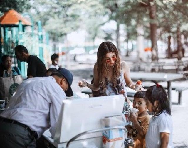 画像: 移動販売のアイスクリームを子供たちにごちそう。ⒸSelena Gomez