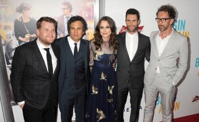 画像: 『はじまりのうた』のプレミアにて。左からジェームズ・コーデン、マーク、キーラ、アダム、カーニー監督。