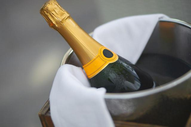 画像: 超高級シャンパンを手にしたクライマックスでハプニング
