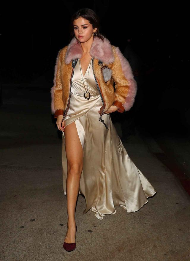 画像1: セレーナ・ゴメス、セクシーなスリットドレス姿で見せた美脚に釘付け