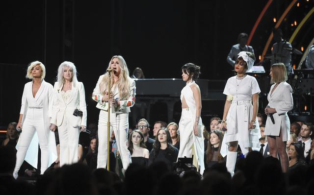 画像: グラミー賞でシンディ・ローパーらと一緒にステージに上がり、性的被害を訴えたケシャのパフォーマンスをサポート。
