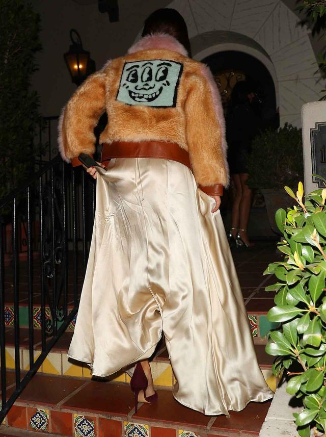 画像2: セレーナ・ゴメス、セクシーなスリットドレス姿で見せた美脚に釘付け