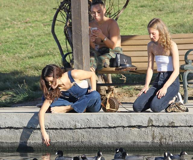 画像3: セレーナ・ゴメス、公園でカモに餌やりする姿がまるで映画のワンシーン