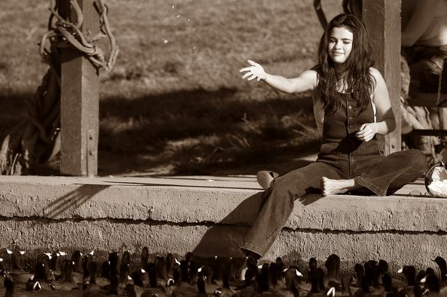 画像6: セレーナ・ゴメス、公園でカモに餌やりする姿がまるで映画のワンシーン