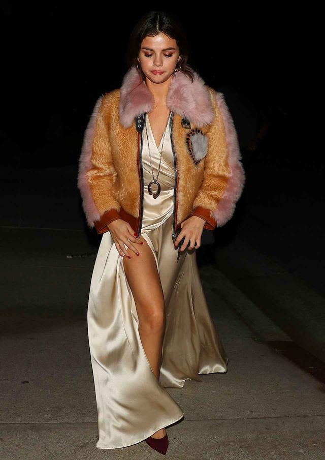 画像3: セレーナ・ゴメス、セクシーなスリットドレス姿で見せた美脚に釘付け