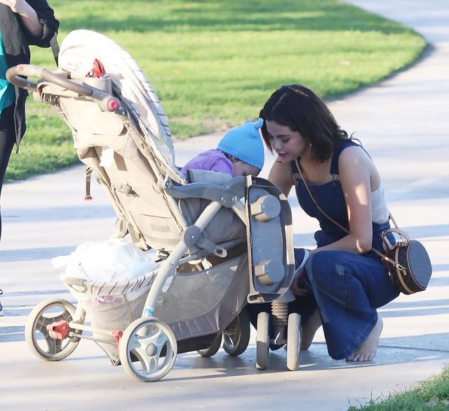 画像8: セレーナ・ゴメス、公園でカモに餌やりする姿がまるで映画のワンシーン