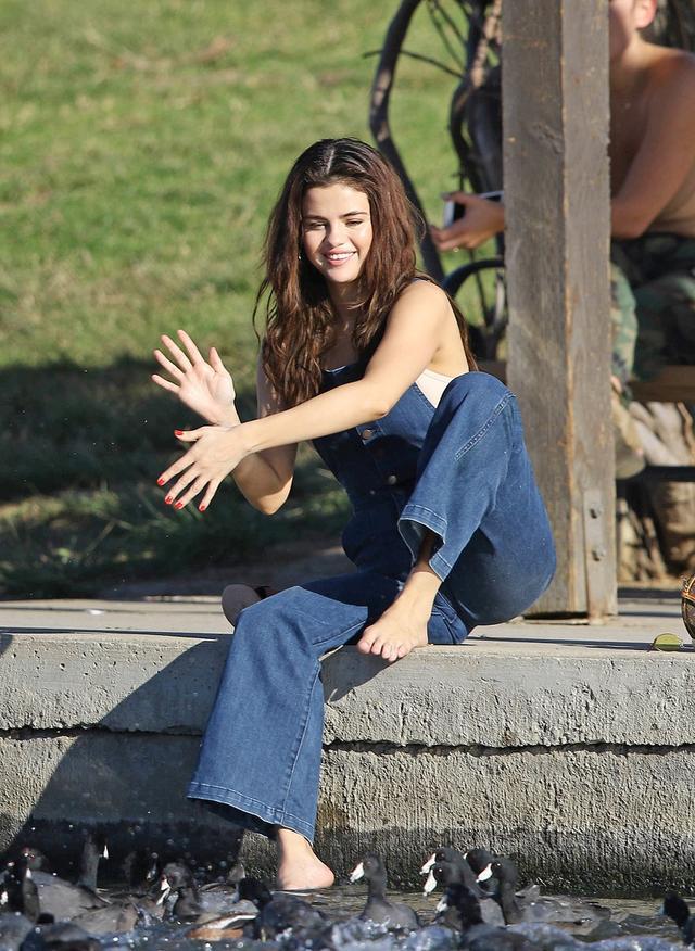 画像4: セレーナ・ゴメス、公園でカモに餌やりする姿がまるで映画のワンシーン