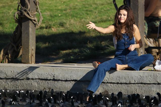 画像5: セレーナ・ゴメス、公園でカモに餌やりする姿がまるで映画のワンシーン