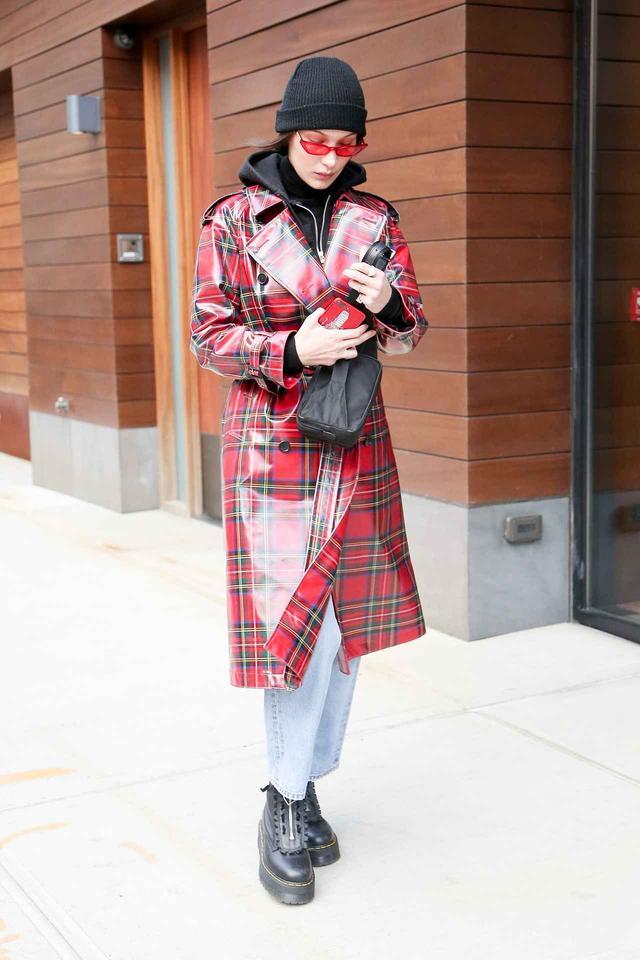 画像1: 定番柄はこう取り入れる!ベラ・ハディッドが着るチェック柄コートが可愛い